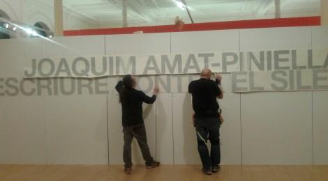 """Darrers preparatius de l'exposició """"Joaquim Amat-Piniella: escriure contra el silenci"""", que avui s'inaugura"""