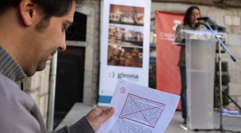 """Mig centenar de persones llegeixen """"K.L. Reich"""" a la plaça del Vi de Girona"""