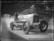 Cotxes i motos pujant a Montserrat